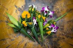 Goudsbloem en orchideebloemen in messingskom Royalty-vrije Stock Afbeeldingen