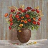 Goudsbloembloemen in Clay Pot Royalty-vrije Stock Afbeeldingen