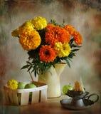 Goudsbloemen en uitgaande kaars Stock Afbeelding