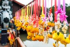 Goudsbloemslingers die op staal bij de tempel houden Stock Afbeelding