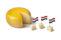 Goudse kaas met Nederlandse vlaggen Royalty-vrije Stock Foto