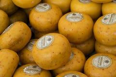 Goudse kazen met sambal en Spaanse peperkruiden worden gekruid dat Stock Fotografie