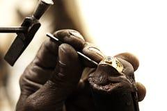 Goudsmid die ring maakt Royalty-vrije Stock Afbeeldingen