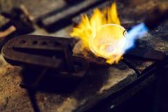 Goudsmid smeltend metaal stock foto