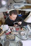Goudsmid in zijn laboratorium royalty-vrije stock fotografie