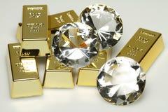 Goudstaven en diamanten stock foto