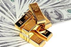 6 goudstaven 1 kg, dat op bankbiljet wordt afgepast Royalty-vrije Stock Fotografie