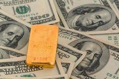 Goudstaven op dollarrekeningen Royalty-vrije Stock Foto