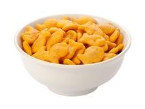 Goudviscrackers in een witte schotel Stock Fotografie