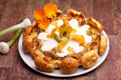 Gougère Kuchen mit Mozzarella-Oberseite stockfotografie