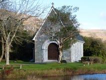Gougane巴拉岛教会隔绝了接近的西部黄柏爱尔兰 库存照片
