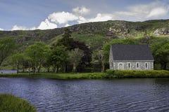 Gougane Bara教会和湖 免版税库存图片