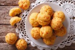 Gougere de los pasteles franceses con queso en la tabla top horizontal Imagen de archivo