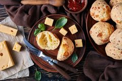 Gougeres, Käse stößt Bälle auf einer Lehmplatte luft stockfoto