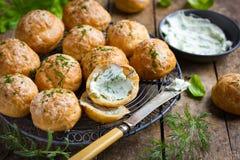 Gougeres Tradycyjna francuska serowa choux babeczka zdjęcie stock