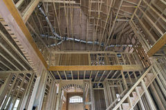 Goujons en bois encadrant pour la maison à deux étages image libre de droits