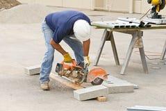 Goujons en métal de Sawing d'ouvrier Photos libres de droits