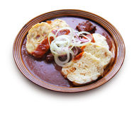 Goulache de boeuf avec des boulettes de sauce au jus et de pain et de pomme de terre Image stock