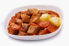 Goulache, ragoût de boeuf avec des pommes de terre d'isolement sur le fond blanc Photo stock