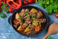 Goulash da carne com vegetais, batatas e cogumelos fotografia de stock royalty free