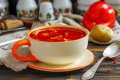 Goulash da sopa grossa em uma bacia cerâmica imagem de stock