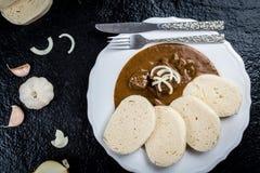 Goulash de carne com bolinhas de massa foto de stock