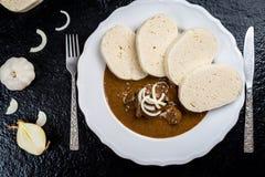 Goulash de carne com bolinhas de massa imagem de stock