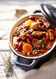 Goulash de carne com cogumelos e vegetais Imagem de Stock