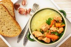 Goulash de Turquia cozido com vegetais e as batatas trituradas Fotografia de Stock