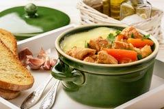 Goulash de Turquia cozido com vegetais e as batatas trituradas Fotos de Stock