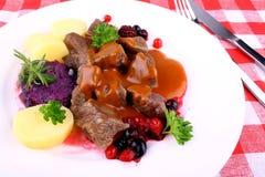 Goulash dos veados vermelhos com batata, molho de Borgonha e as bagas selvagens Fotos de Stock
