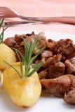 goulash grillad herbed organisk potatis royaltyfri fotografi