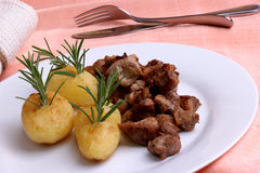 goulash grillad herbed organisk potatis royaltyfria bilder
