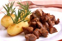 goulash grillad herbed organisk potatis royaltyfria foton