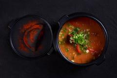 Goulash polewki bograch, mięsny gulasz w lanym żelaznym garnku zdjęcie stock