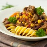 Goulash ungherese con pasta Immagine Stock