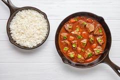 Goulash wołowiny gulaszu tradycyjny Węgierski mięsny zupny jedzenie gotujący przepis z korzennym sosu kumberlandem w obsady żelaz Obraz Stock