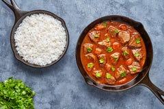 Goulash wołowiny tradycyjnego Węgierskiego mięsnego gulaszu zupny jedzenie gotujący z korzennym sosu kumberlandem w obsady żelaza fotografia stock