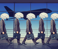 Goup dos homens de negócios com dos cérebros cabeças pelo contrário Foto de Stock Royalty Free
