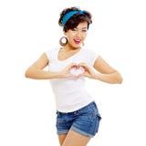 Goupille asiatique vers le haut de la fille montrant le coeur Image stock