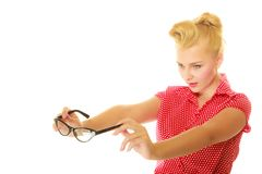 Goupille blonde vers le haut de la fille tenant de rétros verres photographie stock libre de droits