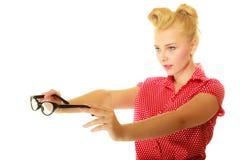 Goupille blonde vers le haut de la fille tenant de rétros verres images libres de droits