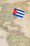 Goupille de drapeau du Cuba sur une carte du monde Photos libres de droits