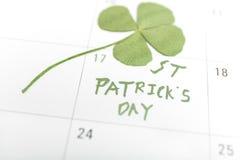 Goupille et trèfle de calendrier de jour de patricks de St en mars Image stock