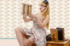 Goupille sexy vers le haut de fille avec le vieil appareil-photo en bois de photo Image libre de droits