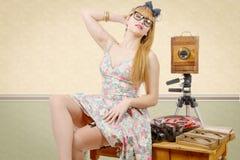Goupille sexy vers le haut de fille avec le vieil appareil-photo en bois de photo Photo stock