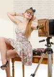 Goupille sexy vers le haut de fille avec le vieil appareil-photo en bois de photo images stock