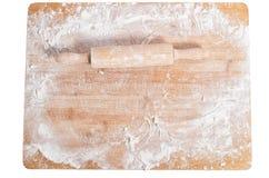 Goupille sur un plateau en bois couvert de la farine image stock