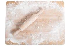 Goupille sur un plateau en bois couvert de la farine images stock