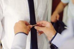 Goupiller le lien du marié images libres de droits